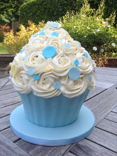 Giant cupcake Blue and yellow spots for a boy's birthday celebration