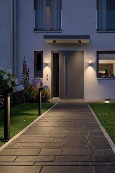 Mit den #Wegleuchten von Plug & Shine sorgt ihr für sicheren Tritt bei Nacht. Eine gute #Außenbeleuchtung schreckt außerdem Einbrecher ab. #Hausbeleuchtung #Wegbeleuchtung #Wegleuchten #Weglampen #Hauseingang #Licht #Beleuchtungsideen Modern Outdoor Wall Lighting, Pathway Lighting, Modern Front Yard, Pillar Lights, Buy Lamps, Luminaire Led, Cone, Modern Backyard, Led Floor Lamp