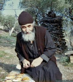 Elder Paisios of Mount Athos was a monastic of Mount Athos. An ascetic, he was known by his visitors for his gentle manner and acceptance of those who came to receive his advice, counsel, and blessing. Miséricorde Divine, Orthodox Christianity, Orthodox Icons, Christian Faith, What Is Like, Catholic, Saints, Images, God