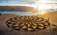 Desenhos gigantes na praia (por Andres Amador) - inspirado por formas geométricas misteriosas em plantações