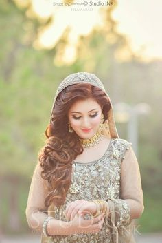 Pakistani Engagement Hairstyles For Brides In 2020 Pakistani Bridal Makeup, Pakistani Wedding Outfits, Indian Bridal, Pakistani Wedding Photography, Pakistani Engagement Hairstyles, Bride Hairstyles, Hairstyle Ideas, Bridal Poses, Bridal Photoshoot
