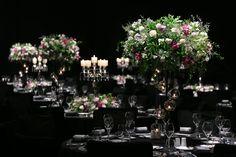 행잉 캔들볼을 매달아 독특한 느낌을 연출. 잔잔한 꽃들로 네추럴한 형태. 모카라, 장미, 리시안셔스, 플록스, 미스티블루
