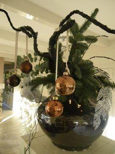 Kerst - Grote vaas opgemaakt met dikke zwarte (kronkel) takken en wat kerstballen en kerstgroen. Lichtjes erin.  Lint of strikken eraan! Eyecatcher in je kamer!