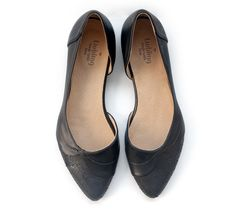 Got to love those black flats! http://liebling-shoes.com/english/shop/flats/zoe-flats-black.html
