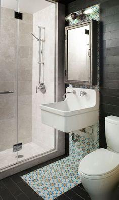 Salle de bain esprit rétro - sauf la douche, très design ! Le jeu de carreaux est très réussi, comme un bandeau qui souligne le lavabo. J'aurais peut-être juste prolongé les carreaux bruns dans la douche pour ne pas rajouter une troisième matière...