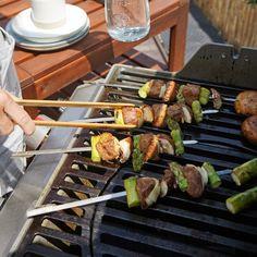Tri ingrediencie a grilovačka je o level vyššie.🙂  Luxusné, letné špíziky so špargľou a šampiňónmi v marináde cesnak a bylinky. Asparagus, Vegetables, Food, Meal, Eten, Vegetable Recipes, Meals, Veggies, Asparagus Bacon