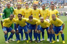 Em pé, da esquerda para à direita: Dida, Adriano, Lúcio, Juan, Émerson e Cafú. Agachados, da esquerda para à direita: Ronaldinho, Zé Roberto, Kaká, Roberto Carlos e Ronaldo. Foto: iG