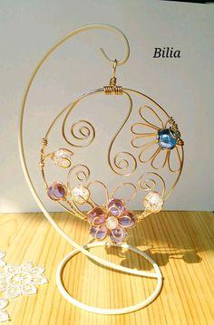 【マーブルアート】月 I want to learn how to make this one! Wire Wrapped Jewelry, Wire Jewelry, Beaded Jewelry, Jewelery, Wire Crafts, Metal Crafts, Jewelry Crafts, Copper Wire Art, Wire Ornaments