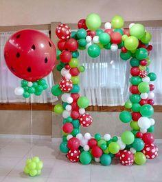 quadro para fotos balões orgânicos e balão gigante com gás 1 Year Old Birthday Party, Watermelon Birthday Parties, Fruit Birthday, 1st Birthday Party Themes, Flamingo Birthday, Diy Birthday Decorations, Birthday Balloons, Watermelon Crafts, First Birthdays
