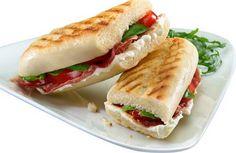 Panini with Italian ham and tomato Panini Sandwiches, Grilled Sandwich, Sandwiches For Lunch, Wrap Sandwiches, Sandwich Jamon Y Queso, Paninis, Lunch Snacks, Italian Recipes, Italian Ham