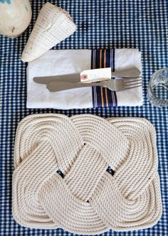 DIY rope nautical placemats inspiration (instructions: www. Rope Crafts, Diy And Crafts, Kids Crafts, Diy Projects To Try, Craft Projects, Nautical Party, Nautical Table, Nautical Rope, Nautical Placemats