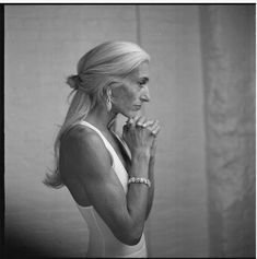 Judy Collins, 65 years old. Look at those arms!,dont worry about the arms , LOOK at the beautiful flat belly Mode Ab 50, Beautiful Old Woman, Beautiful Women Over 50, Beautiful Soul, Pretty Woman, Baby Boomer, Advanced Style, Ageless Beauty, Going Gray