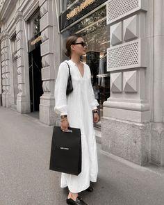 Купить на распродаже: тренды, которые будут актуальны летом 2021 – Woman Delice #тренды2021 #лето2021 #распродажи #летниеплатья2021 #гардероб #летнийгардероб #женскиеплатья Casual Street Style, Casual Chic, White Dresses For Women, Instagram Outfits, Parisian Chic, Couture Dresses, Summer Wardrobe, Daily Fashion, Dresses With Sleeves
