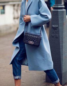 Más de 30 Veces Que El Celeste Se Robó El Protagonismo En El Street Style | Cut & Paste – Blog de Moda Looks Street Style, Looks Style, Style Me, Casual Mode, Casual Chic, Look Fashion, Street Fashion, Womens Fashion, Modern Fashion