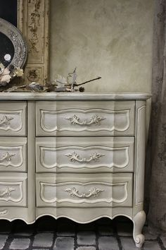 Maison Decor: Pearl Plaster Croctop Dresser and Workshop!After the stenciling was completed and the Pearl Plaster had dried, I used Annie Sloan's clear and dark wax on the surface. This dresser looked amazing! Chalk Paint Furniture, Furniture Projects, Furniture Makeover, Cool Furniture, Distressed Furniture, Repurposed Furniture, Vintage Furniture, Vintage Decor, French Provincial Dresser