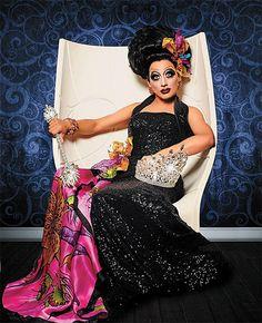 Långklänning ska vara av finare material och snitt, här är en glamorös glittrande klänning