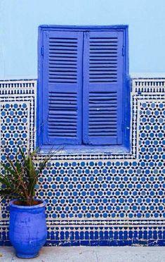 Mozaiek tegels en houten raam met blauwe tinten