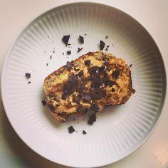 Bananbrød med fredags lækker topping: peanutbutter og chokolade Bananbrød: 3 små modne bananer 2 store håndfulde mandler  2 håndfuld kokos 3 æg 1 spsk husk (psyllium) (Jeg har kommet 1 scoop @linusprodk vanille Whey i for ekstra protein og dejlig smag) Alt stavblendes. Kommes i lille rugbrødsform, og bages i forvarmet varmluftovn ved 170 grader i 30 minutter. #fitdessert #cookiejar