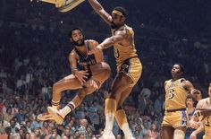 Knicks' Walt Frazier and the Lakers' Wilt Chamberlain during the NBA Finals (1973)