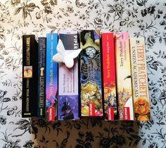 Der Todestag meines Lieblingsautoren jährt sich nun zum dritten Mal. Wer noch kein Buch von Terry Pratchett gelesen hat, sollte das mal nachholen ;-) Warum? Ich gebe euch auf meinem Buchblog zehn Gründe.