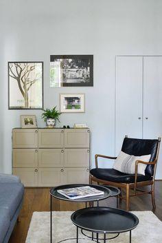 Egy szobából kettő - hálószoba leválasztása új, magas fallal, tapéta dekorációval, két ajtóval és üvegezett sávval a mennyezet alatt - Lakberendezés trendMagazin