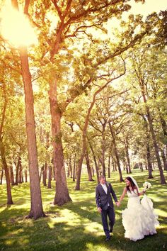 The sun glows perfectly through the trees! Photo by Randi. #WeddingPhotographerMinnesota #WeddingPhotography