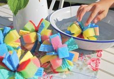 Summer idea for children: water bombs made of sponges - DIY Crafts for Kids Projects For Kids, Diy And Crafts, Crafts For Kids, 4 Kids, Diy For Kids, Diy Montessori, Water Bombs, Pool Party Kids, Bomb Making