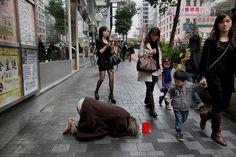 Quando um ser humano (verdadeiro) pede esmolas é porque ele já perdeu todo o resto. foto de Steve McCurry