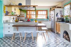Uma cozinha acolhedora, que mistura diferentes estilos, do rústico ao vintage, e que tornou-se o lugar mais usado dessa casa.