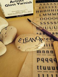 How to make beautiful name stone gifts: for Gabriela. Au printemps, je vais apporter un seed, dans un sac. Ils doivent le planter en famille, et au pied sur bocal, il y aura une roche avec le nom de tout le monde :) (je vais faire ça pour ma famille aussi!)