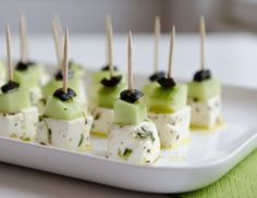 Brunch Recipes Feta skewers with cucumber! Healthy fingerfood recipe for a party Healthy Finger Foods, Party Finger Foods, Snacks Für Party, Finger Food Appetizers, Appetizers For Party, Appetizer Recipes, Healthy Eating, Aperitivos Finger Food, Good Food