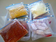 Aqui, um exemplo de como ficam os alimentos: milho, queijo, molho de tomate e bacon. Eu sempre achato os sacos para não ocupar muito espaço.