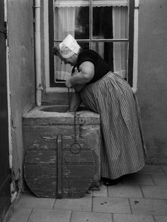 Vrouw in klederdracht van Walcheren, Zeeland (1950-1960) fotograaf:  	 Oorthuys, Cas #Zeeland #Walcheren Holland People, Photo Black, My Heritage, Women In History, Old Pictures, Traditional Outfits, Decoration, Vintage Photos, Street Photography