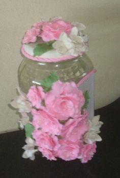 Pote de vidro com capacidade para 3 L. todo decorado com lindíssimas flores de biscuit. Uma ótima opção para presentes. COMPRAR ESTE PRODUTO R$ 40,00