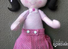 Vamos ensinar aos nossos pequenos de maneira divertida... <br>Boneca Educativa em feltro e tecido, totalmente feita à mão. <br>Com esta linda boneca sua filha irá descobrir como é divertido e muito fácil aprender brincando. <br>Disponível também para meninos.