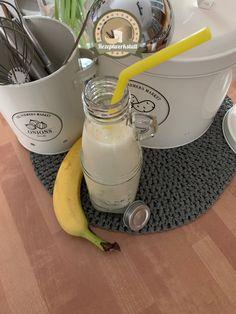 Erfrischendes Getränk. Schnell zubereitet. Zutaten:  2 Bananen  200 ml Naturjoghurt 300 ml Milch 100 ml Orangensaft 2 TL Honig 3 Eiswürfel Kettle, Kitchen Appliances, Sweet Desserts, Yogurt, Honey, Milk, Refreshing Drinks, Orange Juice, Diy Kitchen Appliances