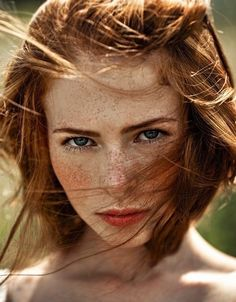 μαύρα μαλλιά μπλε μάτια κορίτσι πορνό