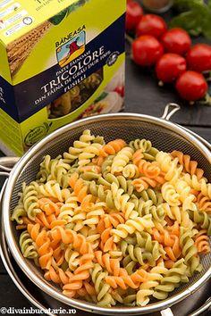 SALATA ITALIANA DE PASTE TRICOLORE CU PUI   Diva in bucatarie Paste, Pasta Salad, Ethnic Recipes, Baby, Food, Tri Color Pasta Salad, Crab Pasta Salad, Essen, Meals