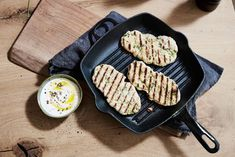 Platbrood zonder oven, maar uit de grillpan: de hitte in de pan gaart deze platbroodjes supersnel. De mooie streepjes krijg je er zomaar bij. Heerlijk voor bij een curry of soep! Grill Pan, I Love Food, Healthy Recipes, Healthy Food, Grilling, Lunch, Drinks, Salads, Griddle Pan