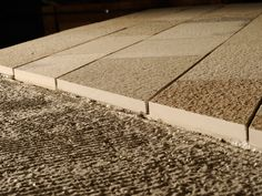 Detalle del encolado de la piedra Solnhofen en capa media. Materiales de construcción. Pavimentos.