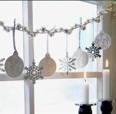 Enchanting winter window decoration for DIY - Home Page Christmas Window Decorations, Diy Halloween Decorations, Simple Christmas, Christmas Diy, Rustic Design, Modern Design, Super Pictures, Winter House, Plan Design