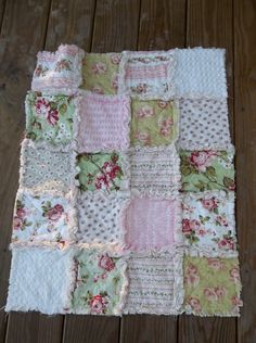 Traditional Rag Quilt Style each square has a layer of cotton batting sandwiched in between. Backed w/ditsy floral. Shabby Chic Quilts, Shabby Chic Crafts, Shabby Chic Style, Vintage Quilts, Sewing Crafts, Sewing Projects, Fabric Crafts, Sewing Ideas, Puffy Quilt