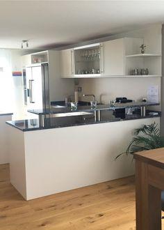 Küche nach Umgestaltung, schlichte Naturtöne Kitchen Island, Home Decor, Environment, Living Room Modern, Homes, House, Island Kitchen, Decoration Home, Room Decor