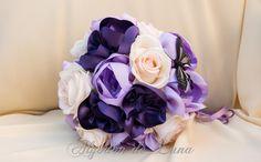 Peonias de tela violetas con cristal, flores de tela moradas y lilas, con mariposa de plumas negras.Para hacer un ramo de flores para novias originales únicas.Por siempre jamás algodondeluna@gmail.com o 606619349
