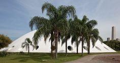 No Parque do Ibirapuera, está o prédio da Oca. Projetado por Oscar Niemeyer, o pavilhão recebe exposições temporárias