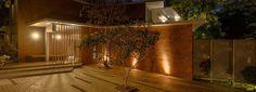Solar Home / Design inspiriert von der feurigen Natur der Sonne Landscape Elements, Elements Of Nature, Landscape Design, Modern Tropical House, Tropical Houses, Home Design, Sun House, Internal Courtyard, Solar House