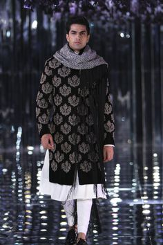 Manish Malhotra at India Couture Week 2017 Best Picture For Groom Outfit For Your Taste You are looking for something, and it is going to tell you exactly what you are looking for, and you didn't find Wedding Dresses Men Indian, Wedding Dress Men, Mens Sherwani, Wedding Sherwani, Gents Kurta Design, Indian Groom Wear, Indian Men Fashion, Gents Fashion, Manish Malhotra