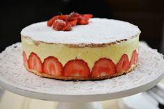Amandelbiscuit met vanillecrème en aardbeien