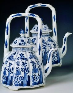 Chinese export porcelain tea pots and covers, beehive form, c. 1700, Kangxi reign, Qing dynasty - SOLD