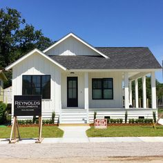 40 Small Modern Farmhouse Plans To Build Your Dream House Why more and more people are looking for modern small farmhouse plans? Building a farmhouse is easier than one might think. Modern Craftsman, Modern Farmhouse Exterior, Farmhouse Design, Farmhouse Style, Farmhouse Decor, Craftsman Farmhouse, Farmhouse Ideas, Building A Porch, Building A House